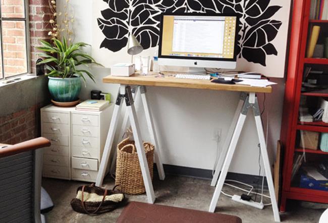 Небольшой минималистический стол из натурального дерева.