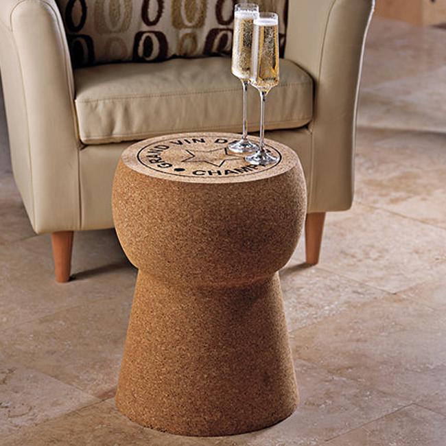 Пробковый журнальный столик и кресло из натуральной кожи.