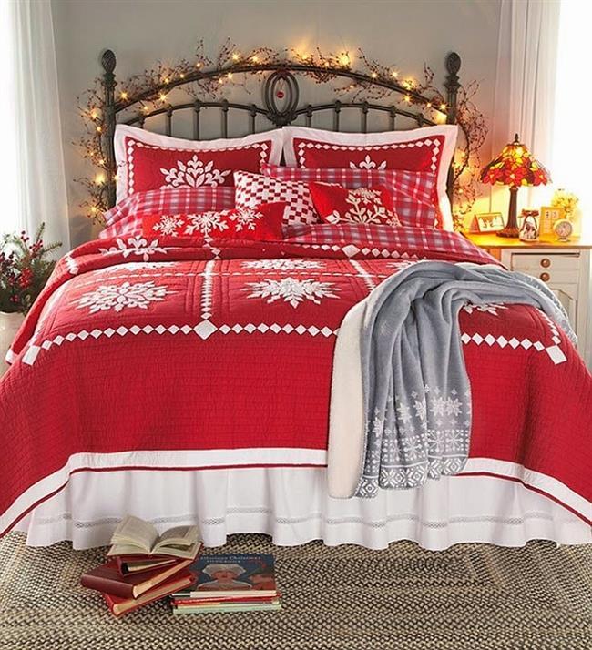 Маленькая спальня, украшенная брусникой, ветвями ели и гирляндой.