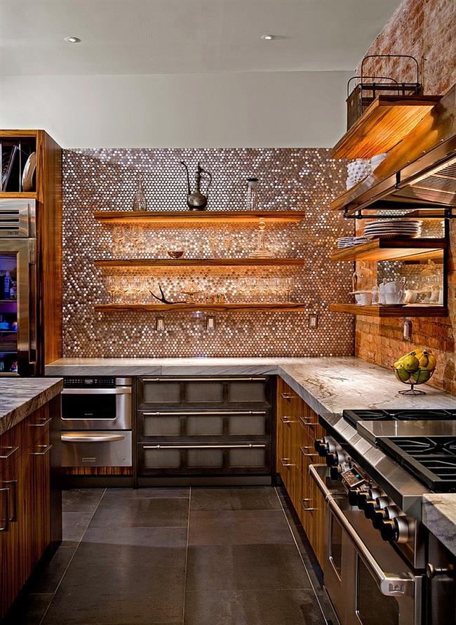 Потрясающая современная кухня городского дома с блестящей мозаикой.