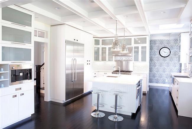 Необычные обои с узором в современной кухонной зоне.