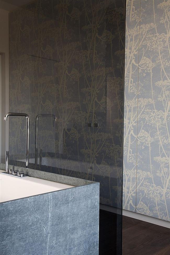 Ванная комната со стильными, узорчатыми обоями на стенах.