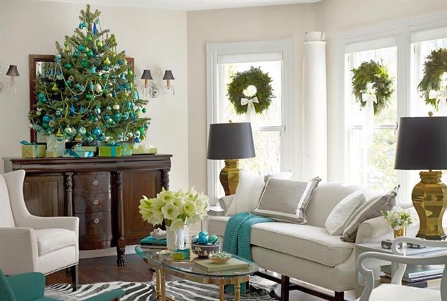 Небольшая элегантная ель, украшенная новогодними шарами и бусами.