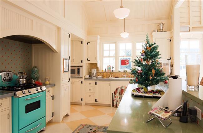 Праздничная пушистая ель для украшения кухни.