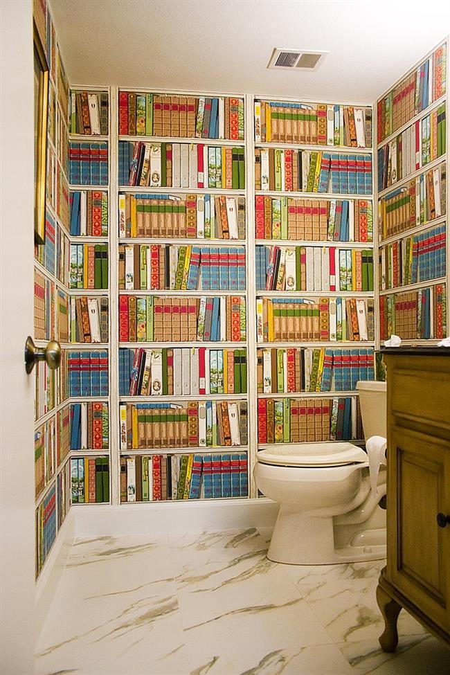 Уникальная ванная комната с необычными «книжными» обоями на стенах.