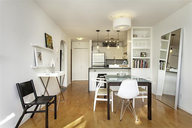 Столовая пентхауса, плавно переходящая в кухонную зону.