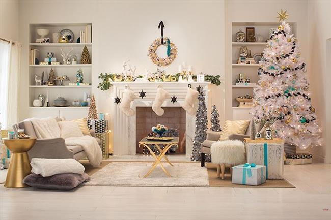 Белая пушистая елка, украшенная золотистыми и голубыми игрушками.