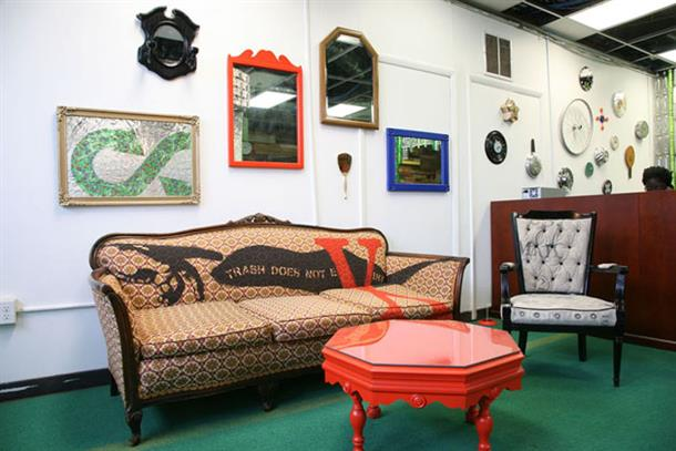 Экологически чистая мебель в зоне отдыха домашнего кабинета.