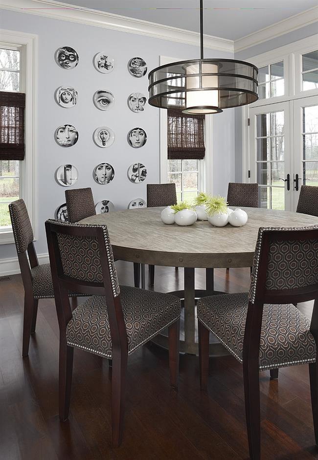 Современная столовая с итальянскими тарелками на стенах.