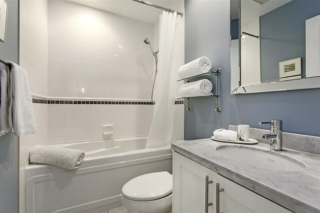 Небольшая ванная комната в минималистическом стиле.