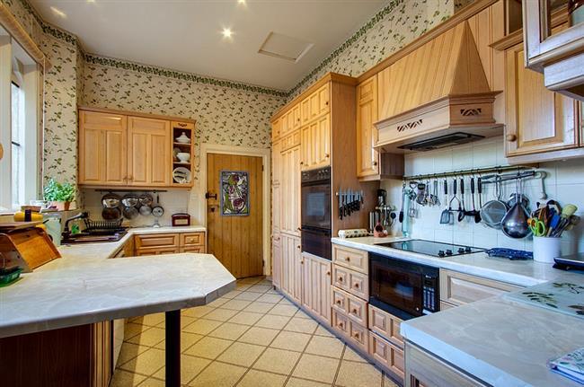 Кухонная зона в традиционном стиле со светлыми обоями.