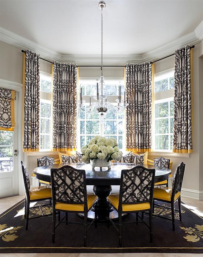 Небольшая столовая с узорчатыми шторами, стульями и ковром.