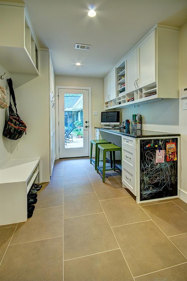 Небольшая прачечная и кабинет на входе в дом.