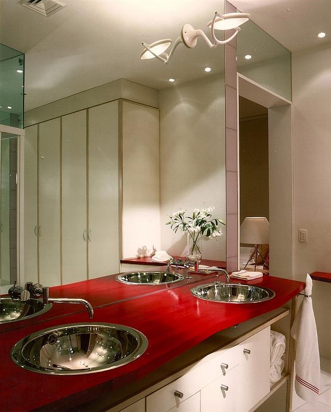 Ванная комната с элементами красного цвета.