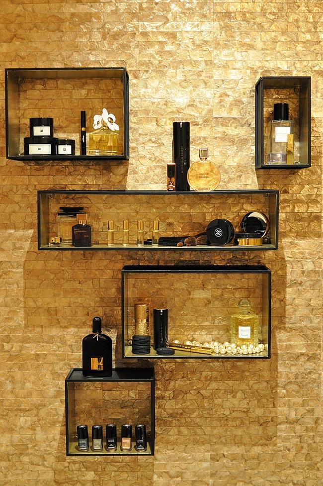 Стильная спальня с золотистой кирпичной стеной.