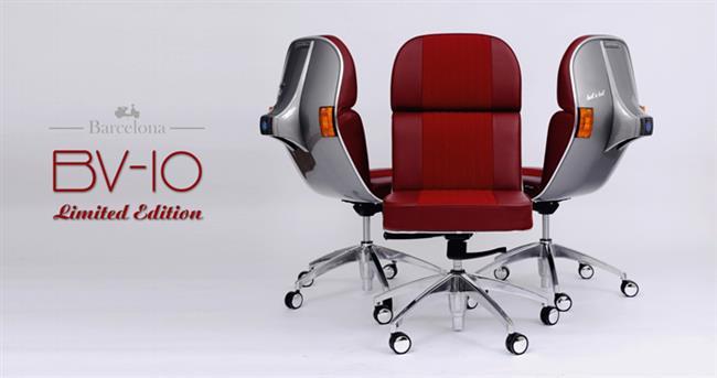 Красные экологически чистые стулья из переработанных материалов.