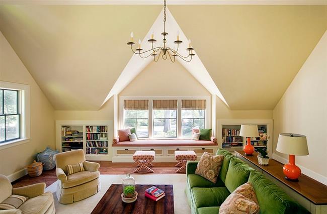 Симметрия в интерьере просторной гостиной.