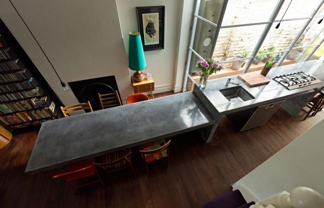 Сплошная столешница - отличное решение для длинной и узкой кухни