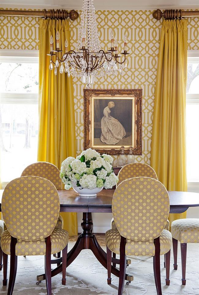 Необычная столовая с желтыми обоями, стульями и шторами.