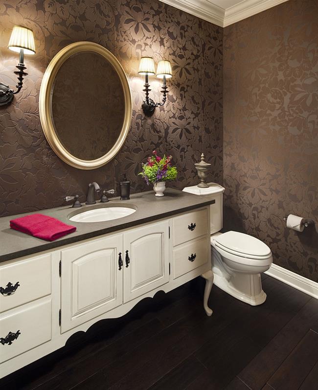 Темно-коричневые обои в элегантной ванной комнате.