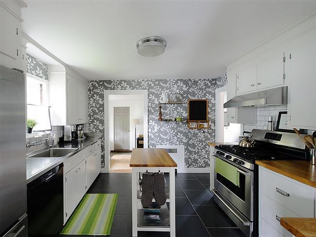 Современная кухня с узорчатыми обоями серых тонов.