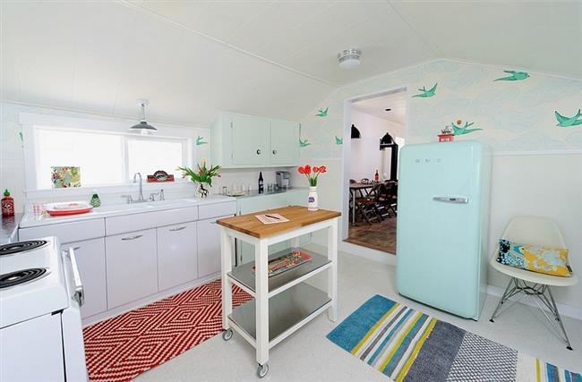Стильные обои на стенах кухни в ретро-стиле.