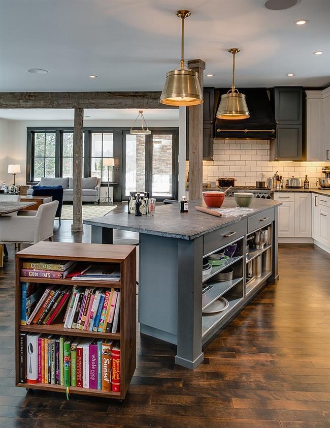Необычный кухонный стол с выдвижной ореховой полкой.
