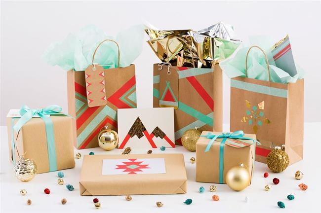 Необычные подарки, украшенные разноцветными узорами и лентами.