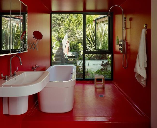 Ванная комната с красными стенами, полом и потолком.