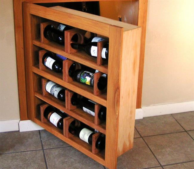 Винный шкафчик с тайной дверцей, ведущей в винный погреб.