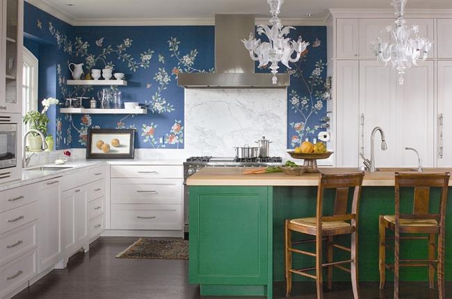 Темно-синие обои в эклектической кухне.