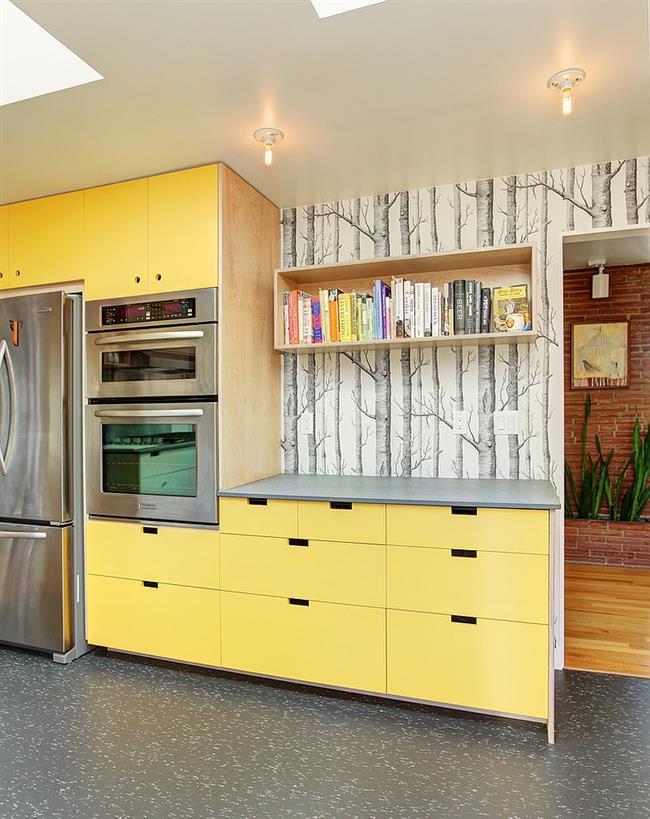 Обои с «лесным» рисунком в серо-желтой кухне.