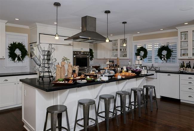 Новогодние венки в интерьере стильной кухни.