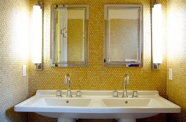 Стильная ванная комната с яркой круглой мозаикой на стенах.