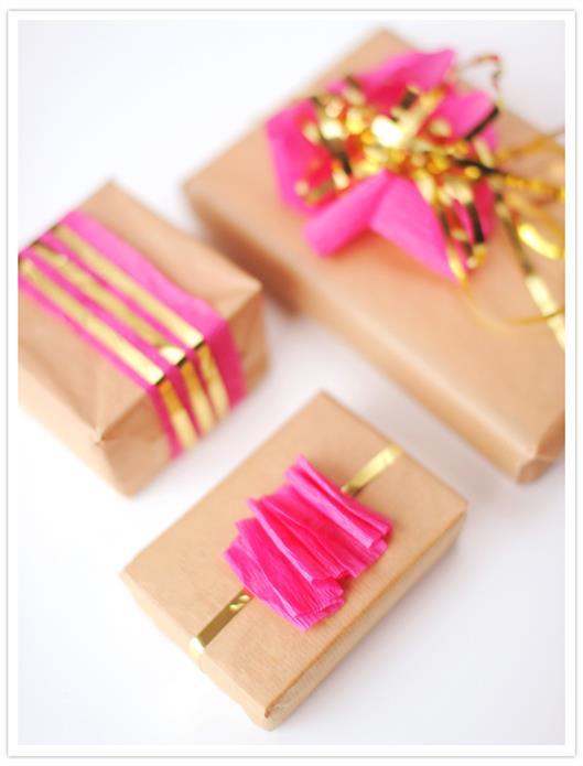 Подарки с розовым серпантином и золотой бахромой.