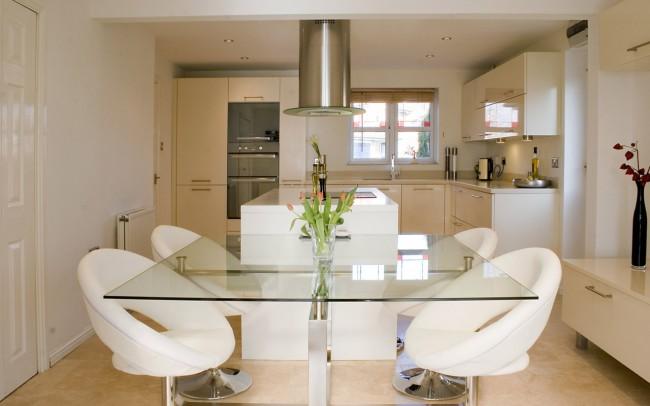 Современная кухня-столовая совмещает в себе простоту и изыск