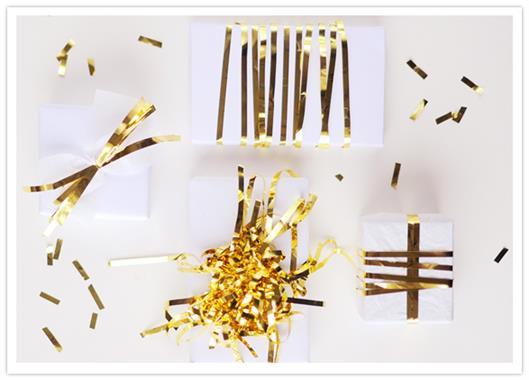 Оригинальные новогодние подарки, украшенные золотыми лентами.