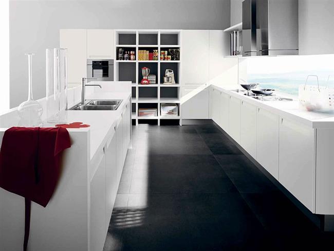 Белоснежная итальянская мебель в стильной кухне.