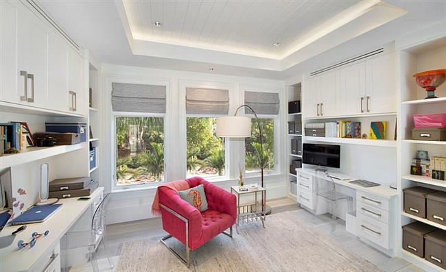 Домашний кабинет с ярко-розовыми предметами интерьера.