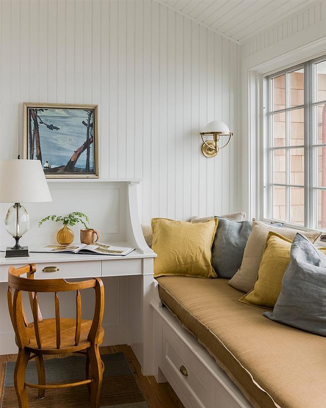 Уютный домашний офис с диванчиком для отдыха.