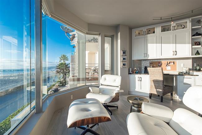Роскошный домашний офис с видом на океан.