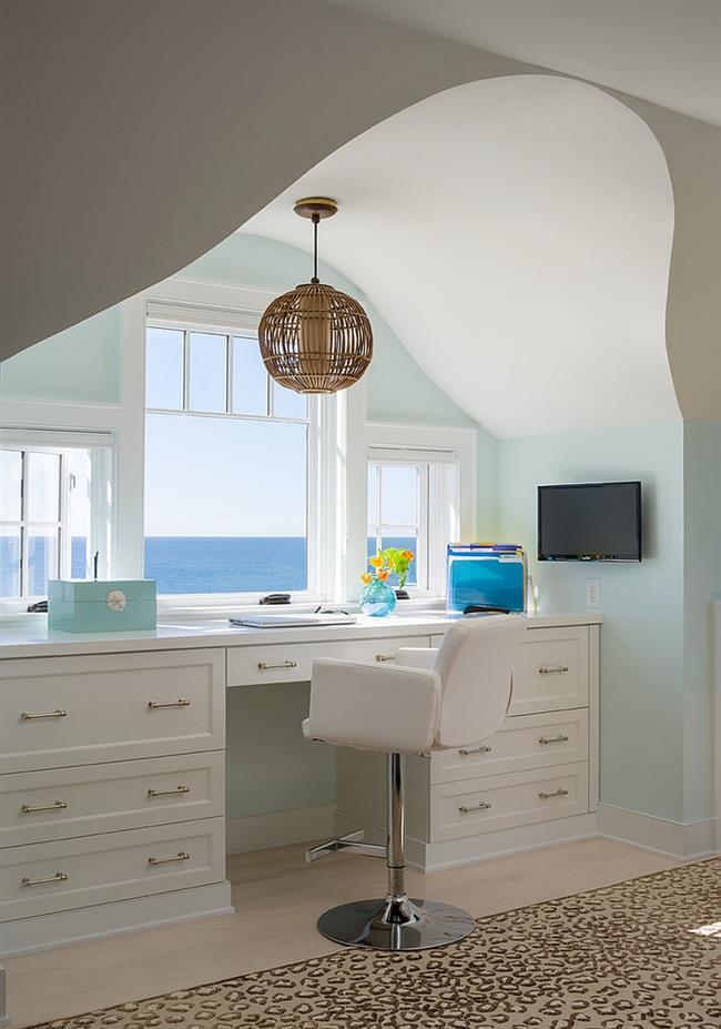 Кабинет в пляжном стиле с видом на океан.
