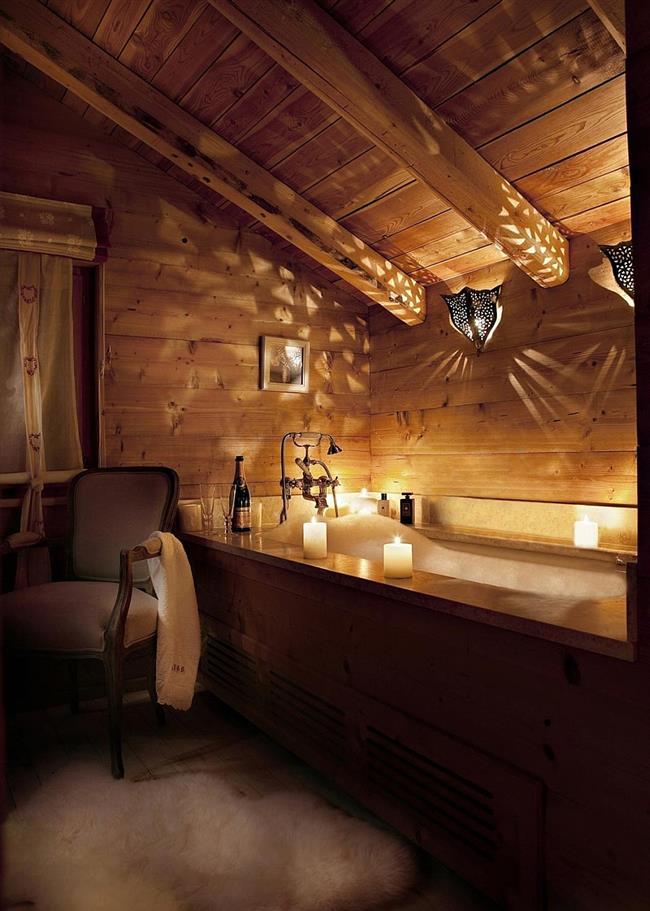 Стильная ванная в чердачном помещении.