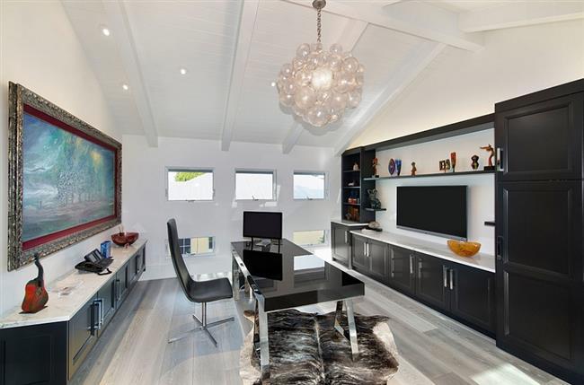 Стильный домашний кабинет черно-белого цвета.