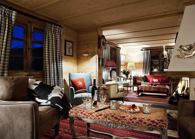 Уютная гостиная с мягкой мебелью.