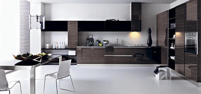 Обеденная и рабочая зоны в стильной, итальянской кухне.