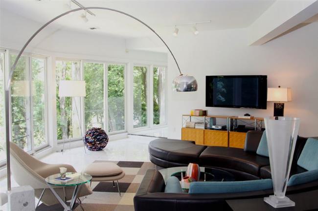 Оригинальный изогнутый диван из черной натуральной кожи.