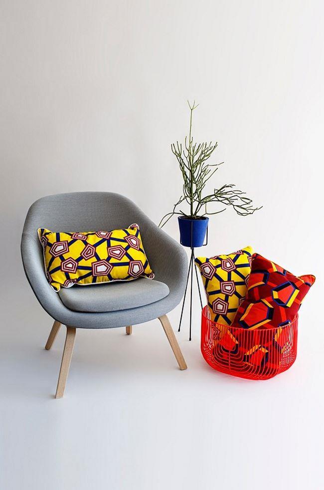 Узорчатые красочные подушки для украшения гостиной.