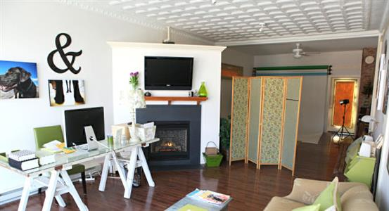 Стильный рабочий стол в гостиной с открытой планировкой.