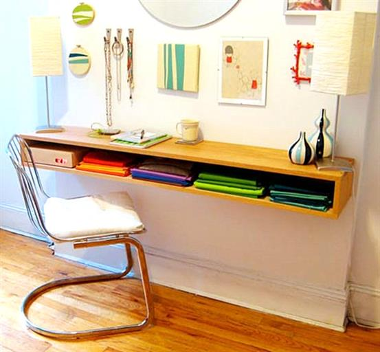 Рабочий стол из деревянной полки с нишей.